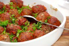 Sådan laver du de bedste italienske kødboller i ovn med tomatsovs. Kødbollerne steges i ovnen, og til sidst hældes tomatsovs over.