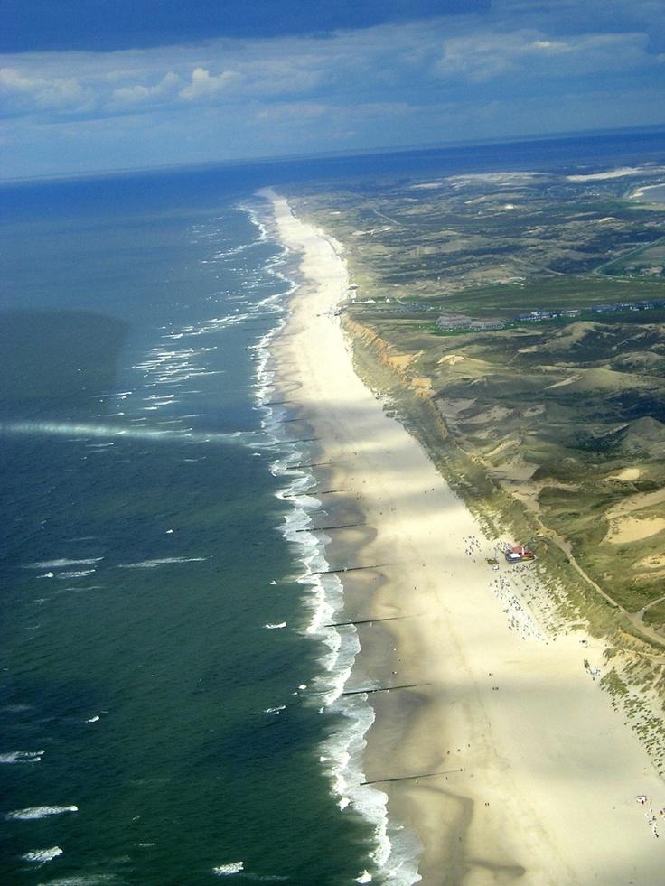 Wunderschöner Sandstrand auf  der Insel Sylt. Diese Luftaufnahme zeigt wie schön Aufnahmen aus der Luft sind. Deutschland hat einiges zu bieten und droidAir aus Deutschland bietet Drohnen und Copter Luftaufnahmen bester Quslität.