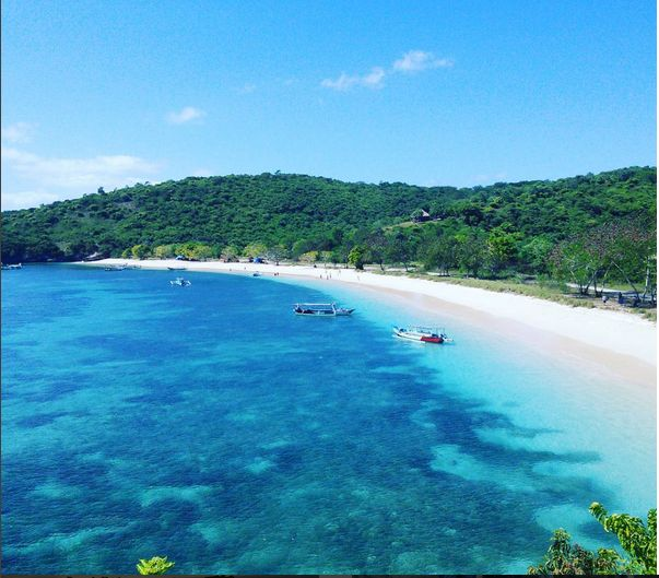 Because there's not much on the visit, the majority of the beaches on the island of lombok are still very beautiful, so make a lot on lombok Island honeymoon destinations for many couples  The following are the 10 most beautiful beaches on the island of lombok, read his review  #vacation #destination #holiday #travel #traveling #indonesia #backpacker #backpacking #attraction #tourist #beach #sunset #lombok #lombokisland #honeymoon