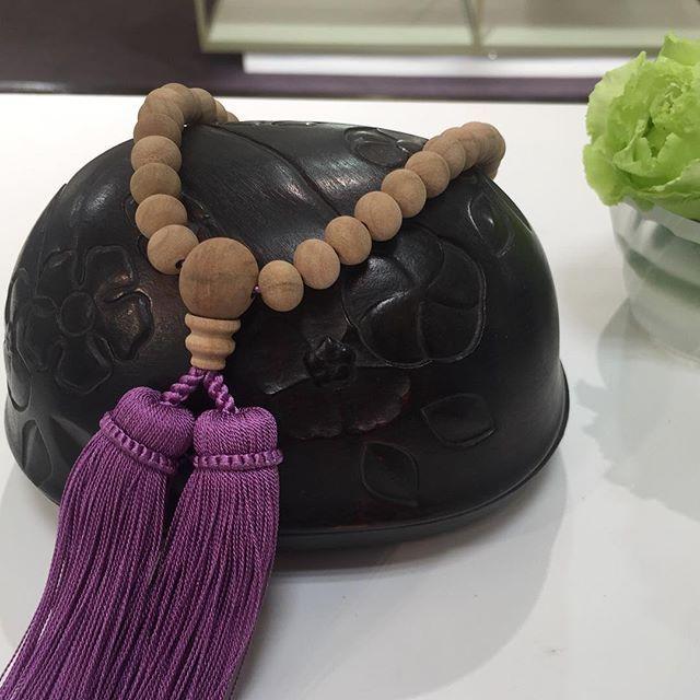 【hiiragi_tokyo】さんのInstagramをピンしています。 《今年も勝手コラボディスプレイその3、厨子屋さんと。ぽっこりまあるいお厨子。 彫りが美しくて触れたくなります。 #ひいらぎ #念珠 #数珠 #オーダー #誂え #厨子 #金剛力士像 #かっこいい #桜 #素挽 #菫 #勝手コラボ #厨子屋 #室町古典椿紋彫小厨子 #大切なものを入れておく #名古屋オーダー会は24日まで #松坂屋 #ジェンタ #hiiragi #tokyo #japan #nenju #juzu #order #ladys #mensaccessories #nagoya #cherryblossom #violet》