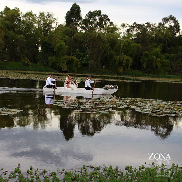 Una fantasía que se hace realidad en nuestros lagos, rodeados por la magia de la naturaleza, el brillo de sus aguas y el navegar suave y silencioso de una barca cargada de ilusiones.