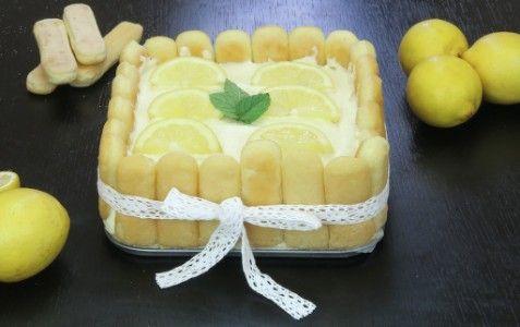 L'idea per una torta fresca, golosa, perfetta per l'estate? Nulla di meglio della torta fredda al limone! Per prima cosa preparate la crema al limone, mettendo a scaldare a fuoco lento in un pentolino il latte con le scorze di limone, e aggiungendo pian piano la fecola di patate. Continuate a mescolare dolcemente e aggiungete l'aroma di limone e il limoncello. Non dimenticate di togliere le scorze di limone dalla miscela prima che la crema si addensi! Una volta tolta dal fuoco, l...