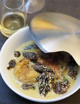 Recette Poularde aux morilles et au vin jaune : La veille, faites chauffer 2 l d'eau. Mettez les morilles dans un saladier et versez l'eau chaude dessus. Pu...