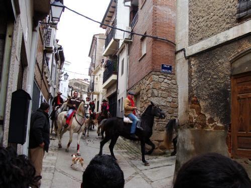 En las fiestas de San Blas todo el pueblo recorre las calles a caballo.