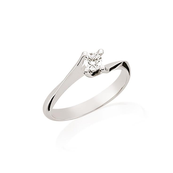 LRY185 este un inel de logodna clasic prin liniile simple si modern prin montura rasucita ce ii da un efect special. Pretul acestui inel de logodna cu diamant de 0.32 carate si aur de 18K este de 4896 lei. Mai multe detalii aici http://www.bijuteriilarosa.ro/inel-logodna-lry185