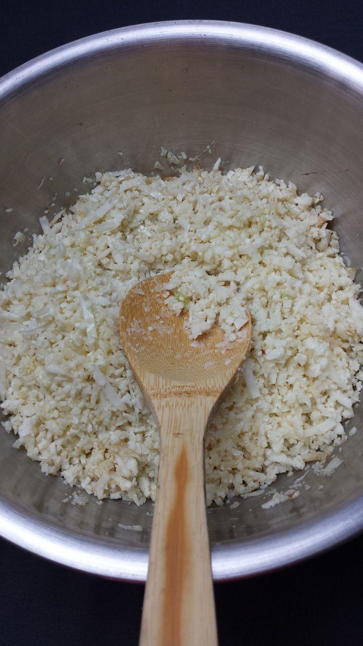 低GIで低炭水化物なカリフラワーライス    パレオ(低炭水化物)ダイエット用ご飯の代わりに。小分け冷凍して緊急ライスに。うちではカレー用に。 FullSpeed    材料 カリフラワー 1個 オリーブオイル 2カップにつき小さじ1 作り方 1  こんな感じで。スライサーで細かく。 2 フライパンで5分程炒めるかそれかそのまま冷凍して食べるときに電子レンジで調理しても。 コツ・ポイント 英語版: https://fullspeeduws.wordpress.com/2016/05/29/guilt-free-cauliflower-rice/ レシピの生い立ち 其の一 カレーが食べたいが白米をドカ食いしそうなので  其の二 粉チーズと混ぜてコクを出しても。 レシピID:3888475