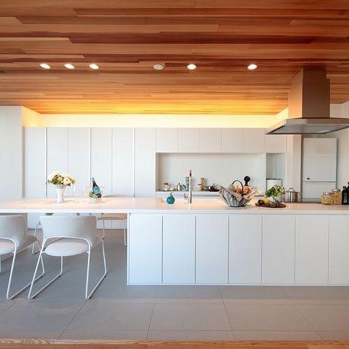 【家族の情報】 キッチンのない家に住める人はいるでしょうか。 住める人もいるかもしれません。 でも、人間的な生活ができるかと聞かれたら、 答えはノーだと思います。 毎日家族の食事が作られるキッチン。それは 家族によって、様々な「色」をしているはずです。 使う食器の大きさや数、使う家電の種類、 冷蔵庫の大きさ、キッチンに立つ人の身長、生活習慣、 1週間で買い物にいく回数、毎日の献立、 家族の好きなメニュー・・・キッチンは 単なる設備ではなく、「家族の情報」そのもの。 その形や大きさは、ワンパターンに決まっていません。 自分らしい暮らしを手に入れるには、 住宅に合わせないこと。 家を設計する前に情報を集めて、家族のためのキッチンを作ってください☺️ * written by fevecasa運営事務m * ★このお家写真の検索キーワード→「食事と寛ぎを」 * * #ストーリーにて公式サイト内のキーワード検索窓を案内しています #プロフィールからどうぞ * * #いつもの場所で落ち合おうと旧友と記憶を賭ける約束をしてみた…