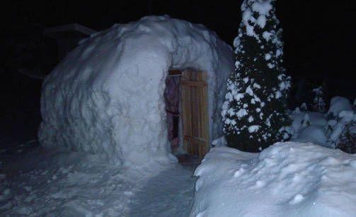 Saunan seinät on rakennettu kokonaan lumesta, ja lumi peittää myös kattona toimivaa puupaneelia.