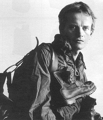 Chatwin. Nel 1974 Bruce Chatwin se ne va in Patagonia spinto dalla curiosità di vedere il luogo mitico sognato per tanti anni. Scrittore e viaggiatore britannico, autore di racconti di viaggio e romanzi.