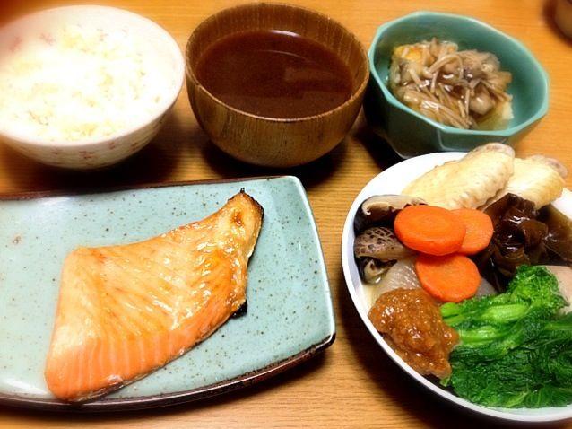 今日も和食です。昨日の残りのおでんとお魚にしました。揚げ出し豆腐は懐かしの母の味。キノコ餡かけにしています。 - 8件のもぐもぐ - 焼き鮭、しょうが味噌おでん、揚げ出し豆腐、なめこのおみそ汁、発芽玄米ご飯 by まりこ