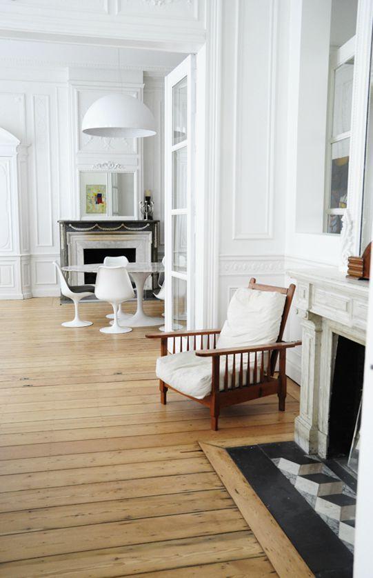 parquet naturel - le blanc des murs et les plancher devant le foyer