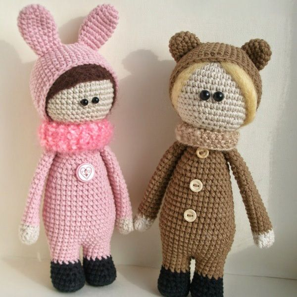 Use this free crochet pattern to make cute dolls amigurumi wearing funny animal costumes. The required skill level is average.