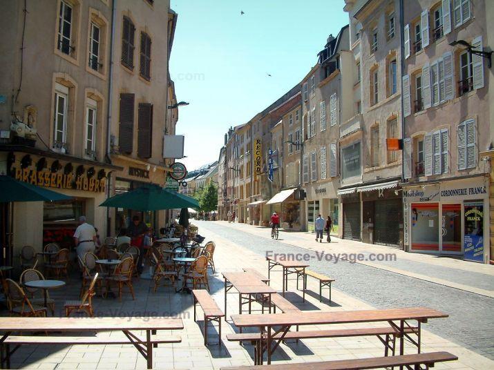 Thionville Terrasses de cafés, rue, magasins et maisons de la ville