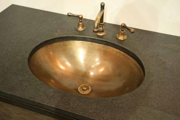 Undermounted bronze basin