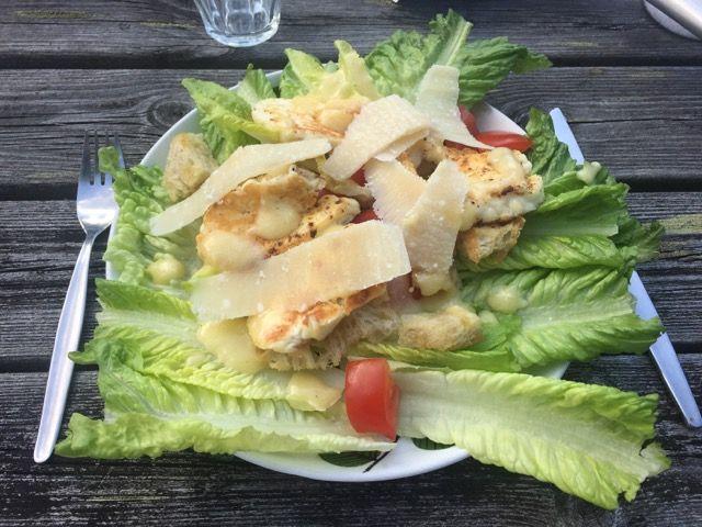 Jävligt God Sommar, avsnitt 3 – Vegetarisk Ceasarsallad med Halloumi | Jävligt gott - en blogg om vegetarisk mat och vegetariska recept för alla, lagad enkelt och jävligt gott.