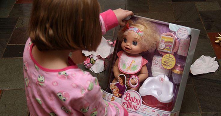 Como fazer comida de mentirinha para a boneca Baby Alive. Se você tem uma filha que possui a boneca Baby Alive, então já sabe o quanto é caro comprar mais comida para esta boneca. Embora você provavelmente queira fazer seu melhor para deixar sua filha feliz dando-lhe a comida para sua boneca, existe a chance de você não estar assim tão apaixonado pelo preço. Felizmente não é tão difícil fazer comida de ...