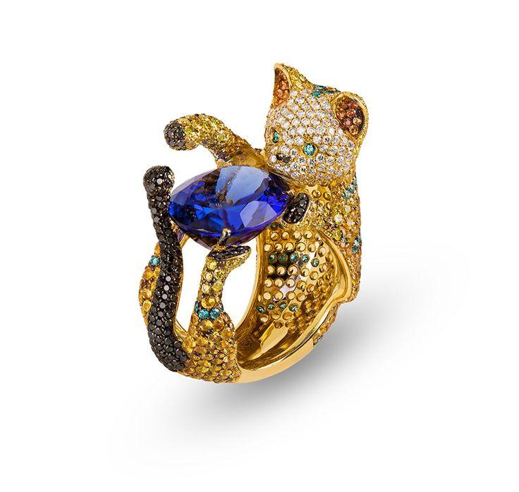 19,2k Gold ring Tanzanite, Diamonds and Sapphires weighting 21,75cts.