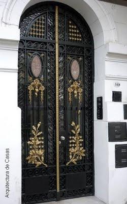 Gran puerta perteneciente a la arquitectura encontrada en abundancia en casonas de Buenos Aires.