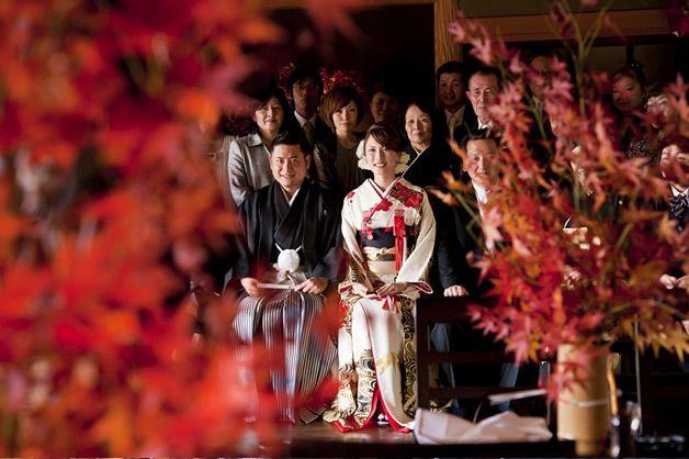 福岡ならではの食材でおいしい食事にこだわりたい! ゲストとの一体感を楽しみたいというお二人。日程を変えて「お身内婚」「友人・会社のパーティー婚」。プランナーの早間和子さんおすすめの桜坂ONOを会場に、余興よりも食事と歓談がメインの和婚式となりました。