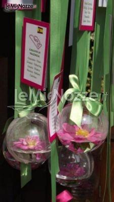 http://www.lemienozze.it/operatori-matrimonio/wedding_planner/organizzazione-matrimoni-a-varese/media/foto/19  Particolare tableau con sfere di fiori