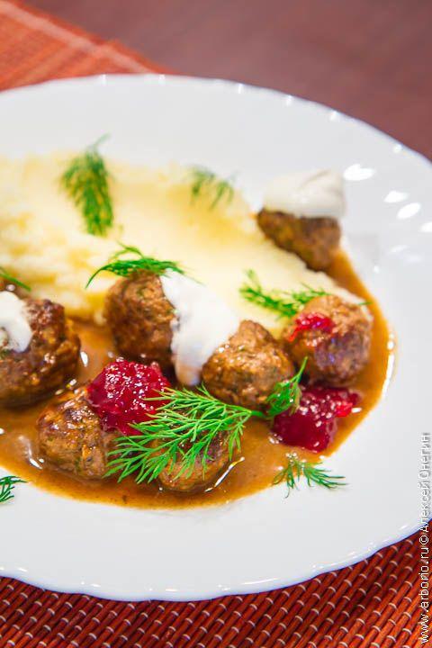 Благодаря стараниям Ikea шведскими фрикадельками уже никого не удивишь, но готовить их дома можно и нужно: это быстрая, вкусная и по-домашнему уютная еда.