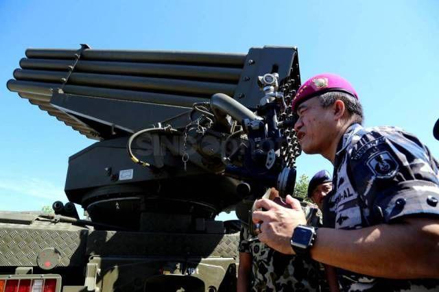 Kepala Staf TNI Angkatan Laut Laksamana TNI Ade Supandi mengecek senjata baru Korps Marinir TNI AL, RM-70 Multi Launch Rocket System…