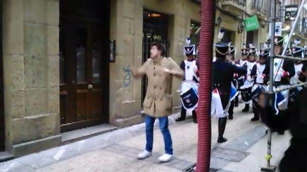 Humorista inglés enfada al Tambor Mayor de ''Zubi Gain''