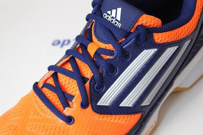 Der kleine Bruder des adizero Feather Pro. Die adidas adizero Feather ELITE 2 Handballschuhe. www.handball-mark...