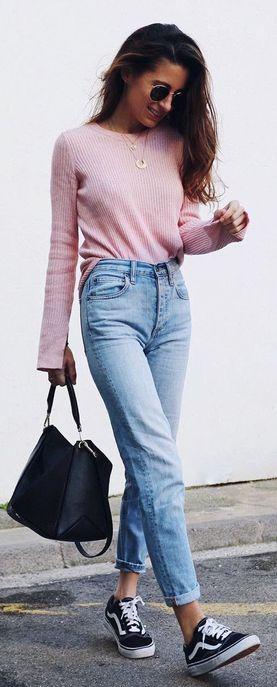 Un pull pastel avec un jean taille haute