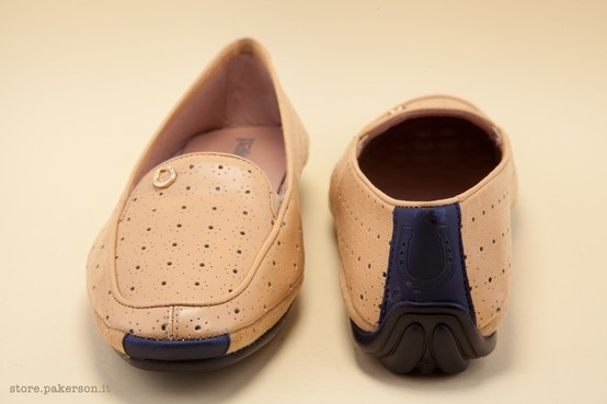 The removable insole liner in pillow-soft latex and the leather lining extol wellbeing. - La fodera in pelle che inneggia al benessere. http://store.pakerson.it/woman-moccasins-22345-biscotto.html