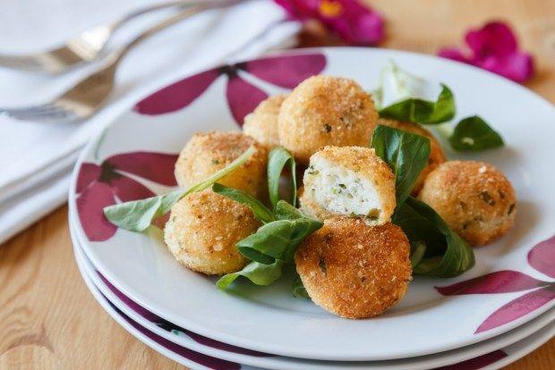 Sýrové kuličky se sněhem jsou nadýchané a velmi dobré. Ke smažení nepotřebujete ani fritovací hrnec, stačí třeba kvalitní kastrol s keramickým povrchem. A pak už stačí jen prostřít třeba na květinových talířích doplnit je chutným zeleninovým salátem.