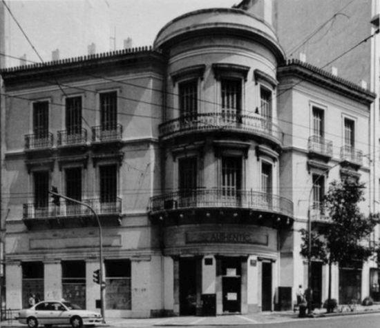 Στην γωνία της οδού Αιόλου και Σταδίου χτίστηκε το 1891 το τριώροφο ξενοδοχείο «Πρίγκηψ Γεώργιος». Νεοκλασικά κτίσματα οικοδομήθηκαν στο κέντρο της πόλης με την υπογραφή Ελλήνων και ξένων αρχιτεκτόνων, οι οποίοι ενέταξαν αρχιτεκτονικά ευρήματα της αρχαίας Ελλάδας. Πέραν από τους κίονες των αρχαίων ναών, πηγή έμπνευσης αποτέλεσαν δύο σημαντικά έργα: το κυλινδρικό μνημείο του Λυσικράτη και ο οκταγωνικός πύργος των Αέρηδων στην Πλάκα. Πηγή :  Η Αθήνα μέσα στο χρόνο