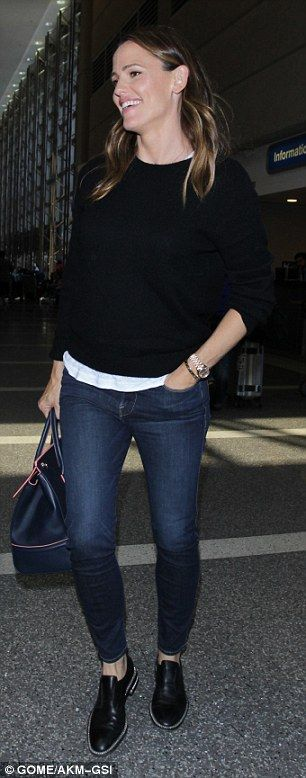 Jennifer Garner arrives smiling at LAX as she and Ben Affleck hit split anniversary amid claims HE is fighting to stay in the marriage | Daily Mail Online