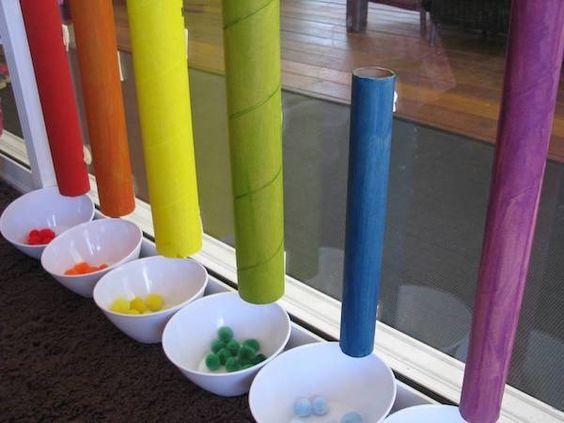 Realizar clasificaciones por color. Preocuparse de disponer de materiales que quepan por los cilindros de cada color
