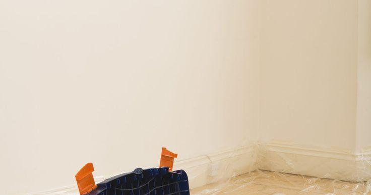 Cómo calcular el área de la pared si ya sabes el área del piso. Para pintar, tapizar o poner un panel en la pared, debes saber el área total de la pared para que puedas comprar la cantidad adecuada de acabado. Puedes medir el perímetro de una habitación para calcular el área de la pared pero si ya sabes el área del piso de la habitación, de los planos por ejemplo, puede tratarse de un cálculo más rápido del ...