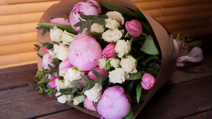 Пионы практически у всех цветоводов очень популярны. По декоративной листве и красоте цветков им принадлежит одно из первых мест среди многолетников. Прекрасные декоративные качества, несложная агротехника и относительная неприхотливость способствовала распространению этих цветов по всей нашей планете.   Крупные нежно-розовые пионы   Нежно-розовые пионы   Нежно-персиковые пионы стоят в вазе на окне   Букет розовых пионов   Ярко-жёлтый пион   Красивые пионы в вазе   Пионы в вазах …