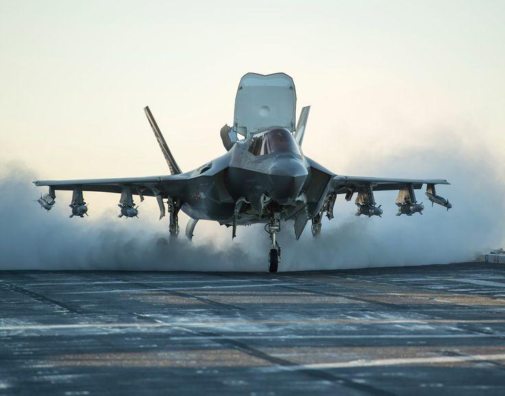 Um F-35B do USMC pega fogo em voo durante treinamento