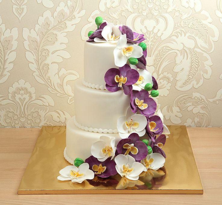 Каждый #свадебныйторт - это многогранная и сложная работа, начиная от оформления заказа и заканчивая его исполнением и отправкой на мероприятие. Команда Абелло воплотит все ваши идеи в самом лучшем виде, а от великолепного и натурального вкуса😋 наших начинок просто невозможно устоять💥  Красавец на фото с прекрасными орхидеями, выполненными из сахарной мастики можно заказать от 2-х кг и всего за 2850₽/кг.  Специалисты #Абелло готовы помочь с выбором красивого и качественного десерта к вашей…
