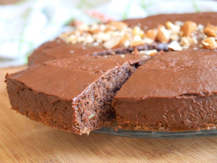 """Máte rádi hutné a zároveň krásně vláčné kakaové moučníky? Tento navíc obsahuje kousky lískových ořechů, které krásně ozvláštní chuť. A ještě ke všemu ho můžeme nazývat """"zdravějším"""", protože část surovin je nahrazena cuketou! :) Na větší koláčovou formu budete potřebovat: 230g polohrubémouky 1/2 prášku do pečiva 25g kakaa 1 lžičku perníkového koření 1 lžíci vanilkového…"""