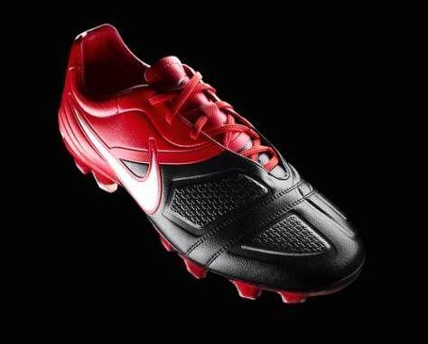 Nike CTR360 Maestri I warna merah hitam sepatu khusus untuk playmaker