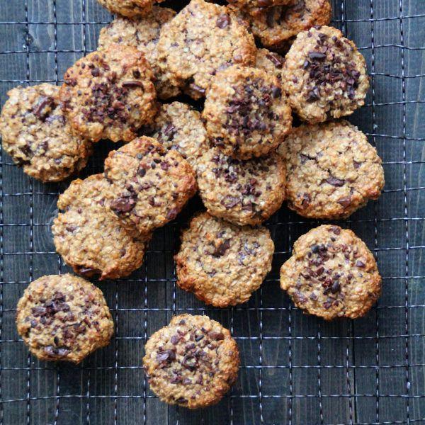 Sunne havrecookies med banan, peanøttsmør og sjokolade.
