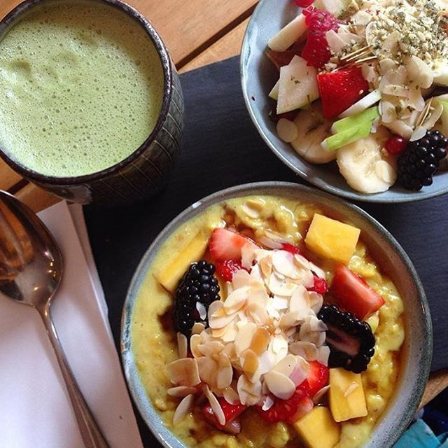 B R E A K F A S T @laviniagoodfood Matcha green tea latte, fruit salad and oatmeal with almond milk and curcuma. #breakfast #laviniagoodfood #organicfood #vegan #oatmeal Repost from @vegankitchenstories thanks  #laviniastyle #kerkstraat #amsterdamfoodies #veganbreakfast #foodie #whatvegansdrink #whatveganseat #glutenfree #goodstart