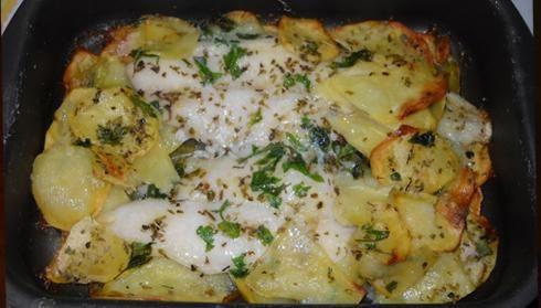 INGREDIENTI:  - 5 grosse fette di cernia - 700 gr. di patate - 2 cipolle rosse - 2 spicchi d'aglio - un ciuffo di prezzemolo, un cucch