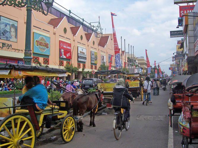 Jalan Malioboro ... Riuh Pedagang Kaki Lima, Pengamen dan Kendaraan (Malioboro Street, Yogyakarta, Indonesia)