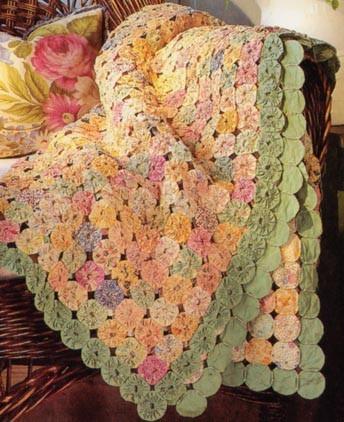 yo yo quilt, pastels w/green border