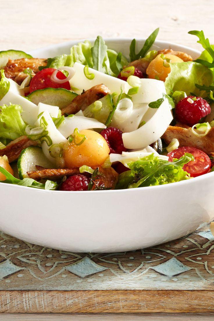 Ein Sommersalat perfekt zum Grillen oder Picknicken mit knackigem Salat, Gemüse, Putenstreifen und köstlichem Ziegenfrischkäse.
