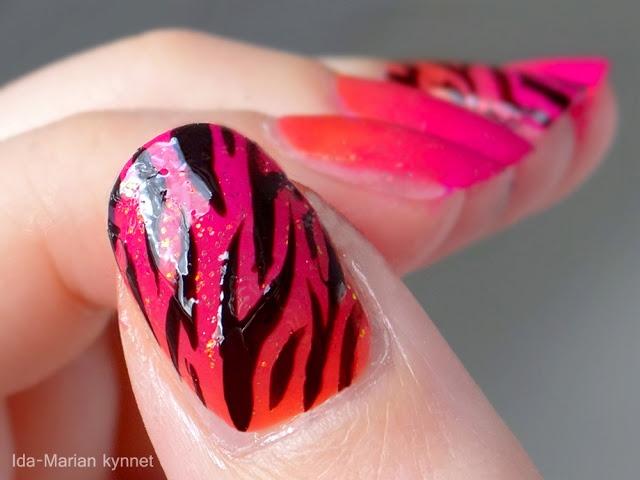 Ida-Marian kynnet / Pink/orange red gradient and stripes / #Nails #Nailart