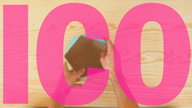 ICO = icosaèdre = 20 triangles équilatéraux moins 5 faces qu'on a enlevées = 15 faces livrées à plat à monter soi-même pour faire un super vide-poche en carton = trop facile en vidéo ——— merci Christian !  ICO = icosahedron = 20 equilateral triangles minus 5 that we took off = 15 triangles delivered flat for a SUPER D.I.Y. desk tidy in recycled cardboard = SUPER easy in video ——— thank you Christian — design by ¿adónde?