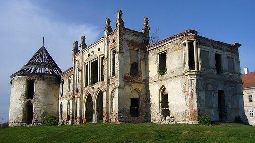 """Bánffy-kastély Bonchida - A Bánffy-kastély, Bonchida legfontosabb látnivalója, melyre gyakran hivatkoznak, mint """"Erdély Versailles-a""""."""