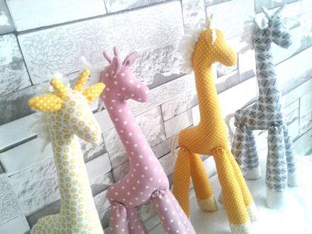 """Peluche """"doudou"""" girafe idéal pour bébé en décoration de sa chambre d'enfant. Les couleurs pastels du doudou vieux rose, jaune ou gris donneront un effet bohème avec un unive - 20170823"""